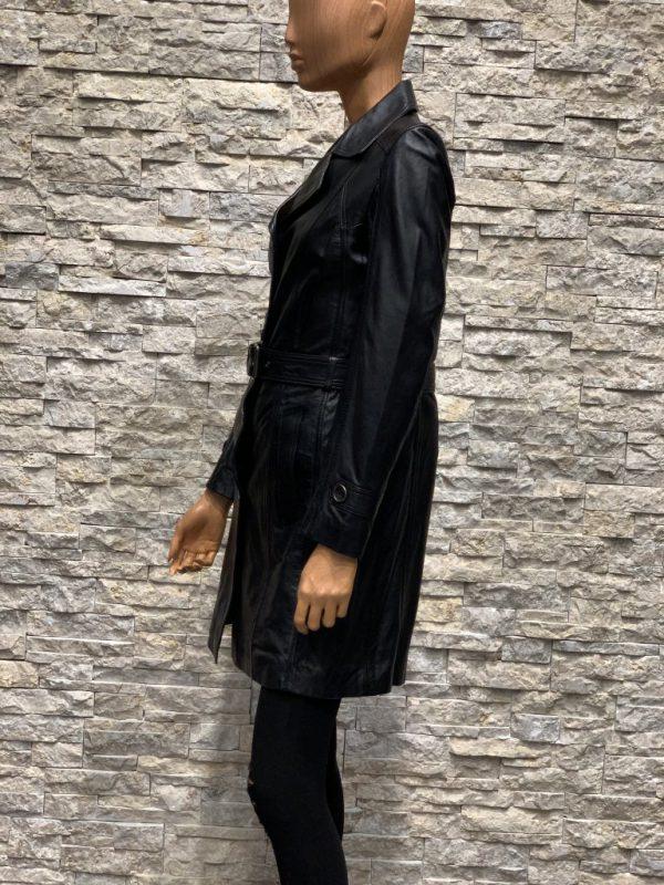 Achterkant zwarte dames winterjas van lamsleer