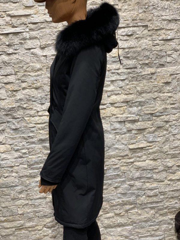 Zijaanzicht lange dames parka met capuchon